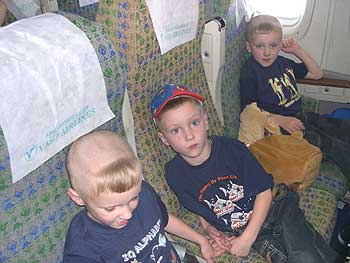 Тройняшки Кирилл, Филипп, Лев в самолёте